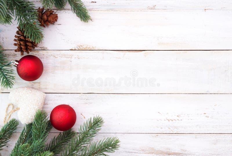 Natale che decora gli elementi ed ornamento rustici sulla tavola di legno bianca con il fiocco di neve fotografia stock