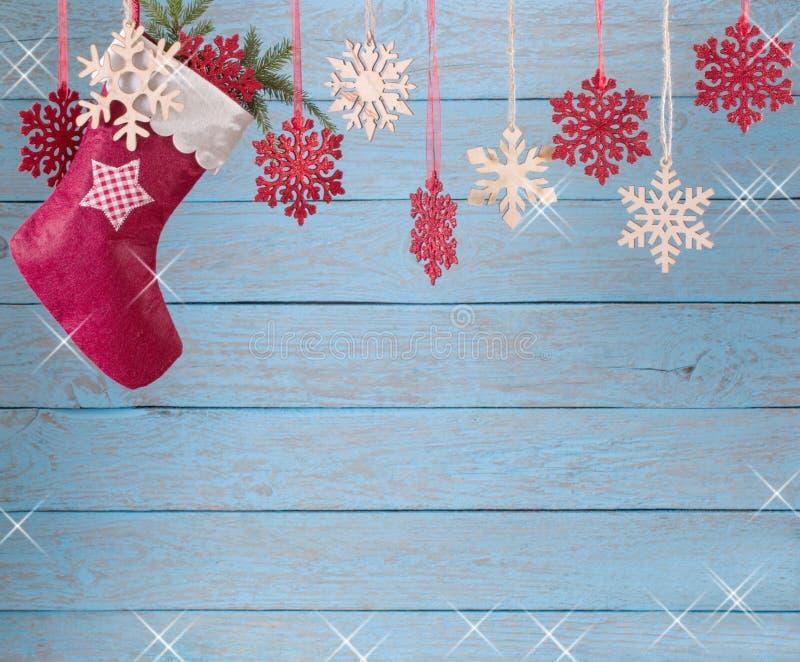 Natale che immagazzina attaccatura contro il fondo di legno fotografia stock libera da diritti