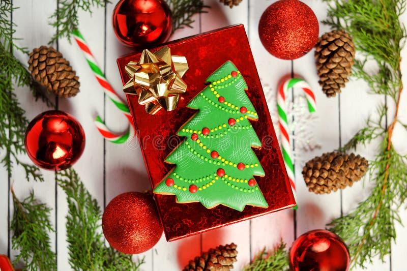 Natale, composizione nel nuovo anno con l'albero di abete del pan di zenzero, pigne Decorazione brillante di festa su di legno bi fotografia stock libera da diritti