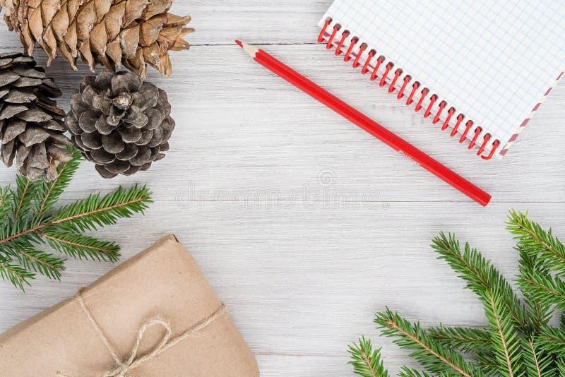 Natale 2019 Composizione nel ` s del nuovo anno - coni, rami, notepa fotografia stock libera da diritti