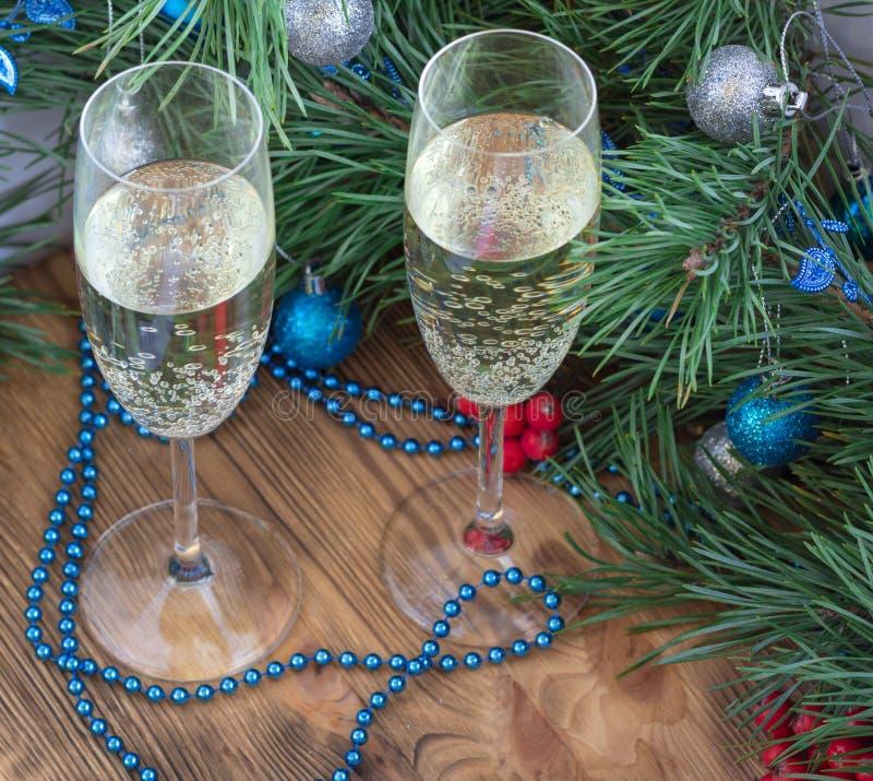 Natale composizione, vetri del champagne, pino, decorat dell'ornamento fotografia stock libera da diritti