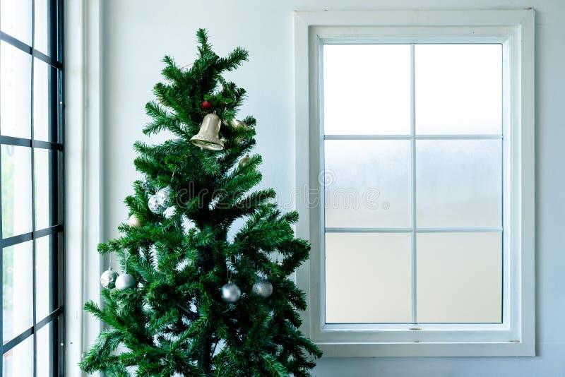 Natale dell'albero vicino alla finestra fotografia stock libera da diritti