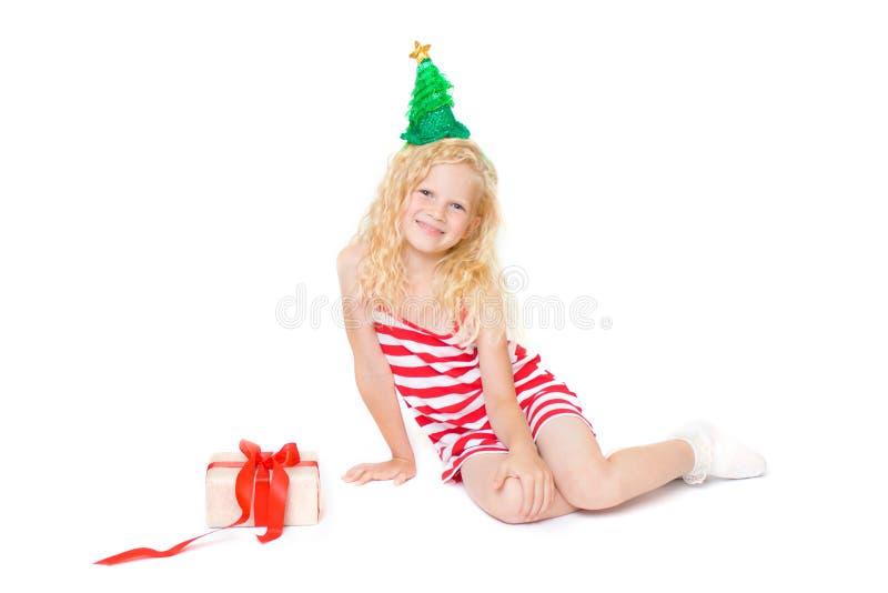 Natale e carta del nuovo anno con la piccola ragazza bionda sveglia in vestito rosso e bianco dal costume di carnevale e cappello immagine stock