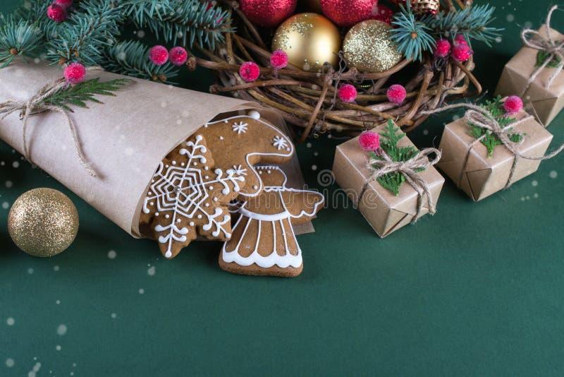 Natale e cottura di festa Biscotti dello zenzero con la decorazione immagine stock libera da diritti
