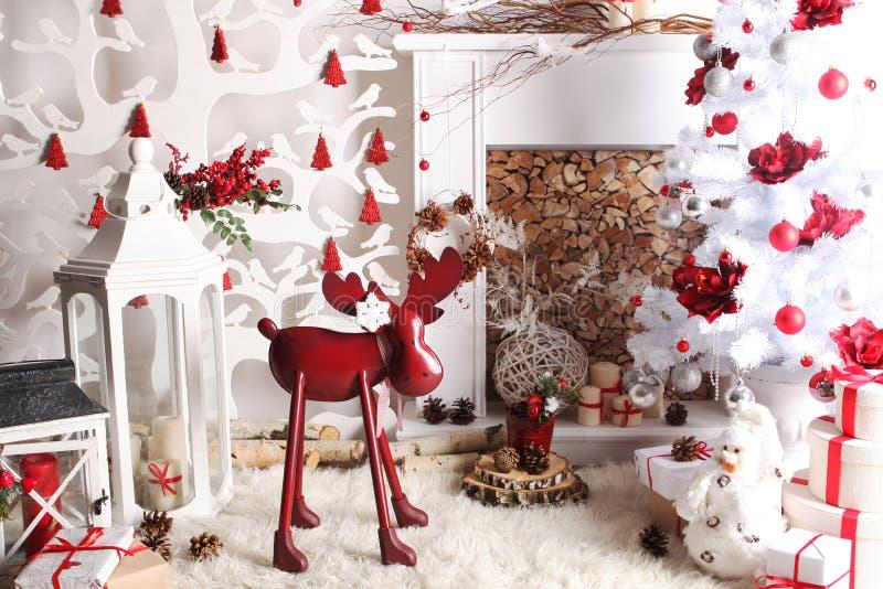 Natale e decorazione del nuovo anno sopra i cervi nobili di legno dell'annata del fondo immagini stock