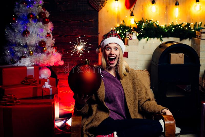 Natale e noel allegri dello swag dell'agrifoglio Donna sexy di Santa in vestito elegante Amichevole e gioia Bomba della tenuta de fotografia stock