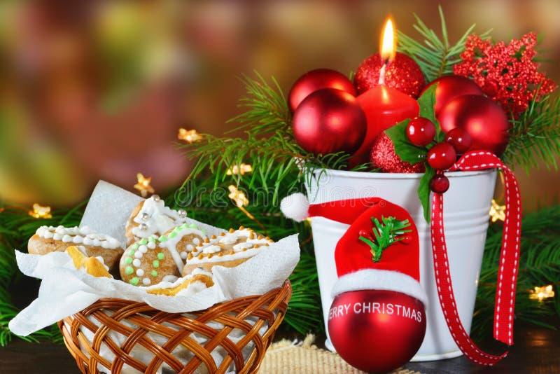 Natale fondo, cartolina d'auguri con la candela bruciante e biscotti del pan di zenzero fotografie stock