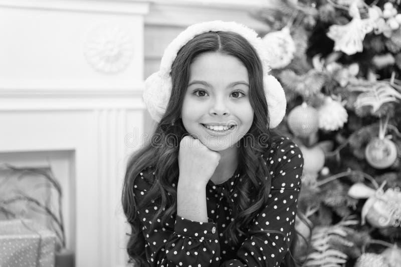 Natale Il bambino gode della festa mattina prima di natale Festa di nuovo anno Nuovo anno felice Piccolo ragazza del bambino come immagini stock