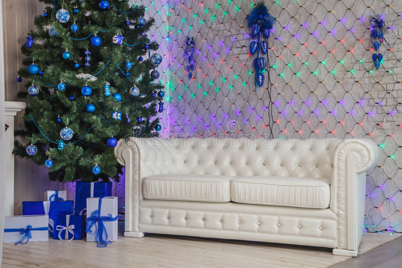 Natale interno con il sofà bianco nel colore blu fotografie stock