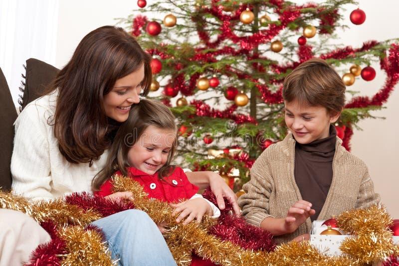 Natale: madre con il figlio e la figlia immagine stock