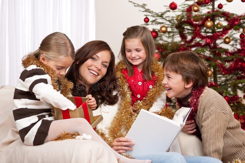 Natale: madre con tre bambini immagini stock