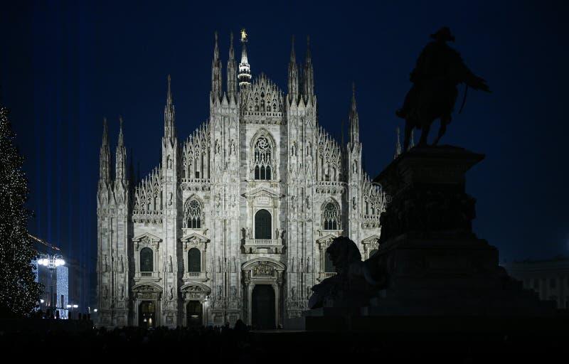 Natale a Milano, Italia La facciata della cattedrale del duomo e un albero di Natale gigante alla notte immagine stock libera da diritti