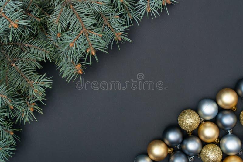Natale multiplo argento e modello creativo della decorazione delle bagattelle dell'oro con i rami di pino fotografie stock