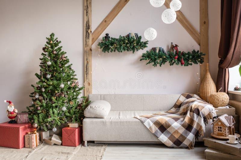 Natale nel salone di mattina Letto di sofà nell'interno di natale celebri il nuovo anno e le feste Albero di Natale e fotografie stock