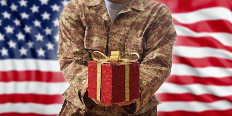 Natale nell'esercito Palla di Natale e contenitore di regalo su un'uniforme militare americana fotografia stock