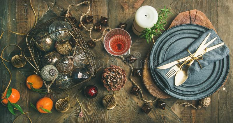 Natale o nuovi anni di vigilia di festa di regolazione della tavola, vista superiore immagini stock libere da diritti