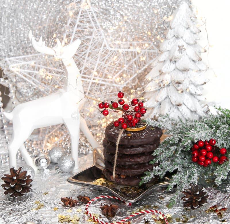 Natale, pani bianchi dello zenzero di natale sul piatto d'argento della stella, cenere di montagna rossa, sorba, renna bianca, al immagini stock libere da diritti
