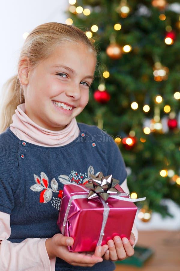 Natale - regalo e sorridere della tenuta della bambina fotografie stock
