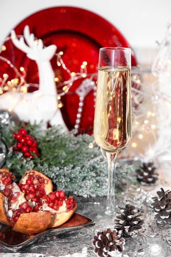 Natale rosso e bianco, vetro di natale di champagne, melograno, cenere di montagna, sorba, renna bianca, piatto rosso, palle di n immagine stock libera da diritti