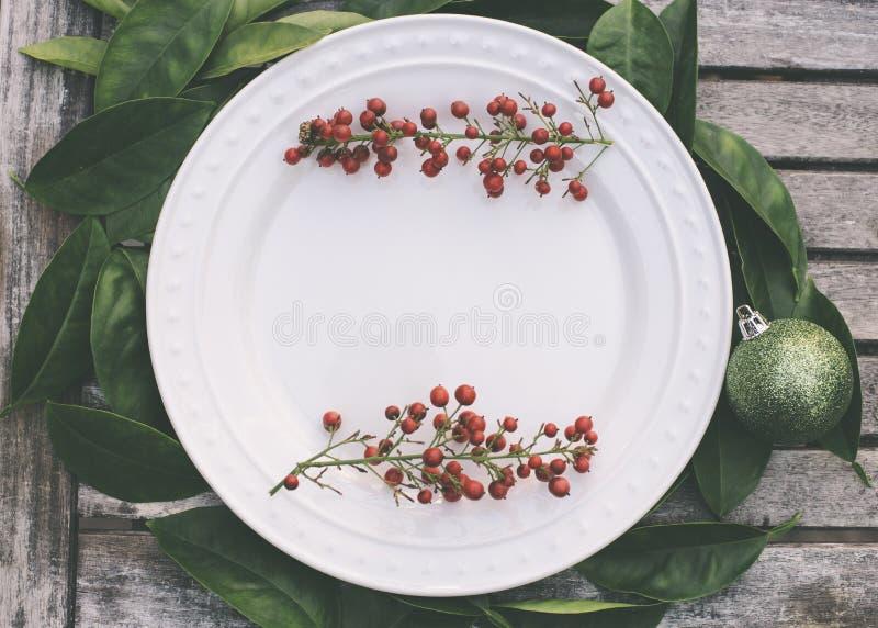 Natale rustico che mette con le bacche rosse fotografia stock libera da diritti