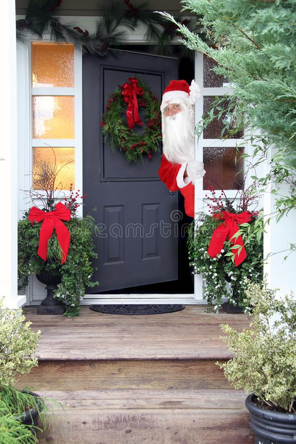 Natale Santa Claus all'entrata principale fotografie stock libere da diritti