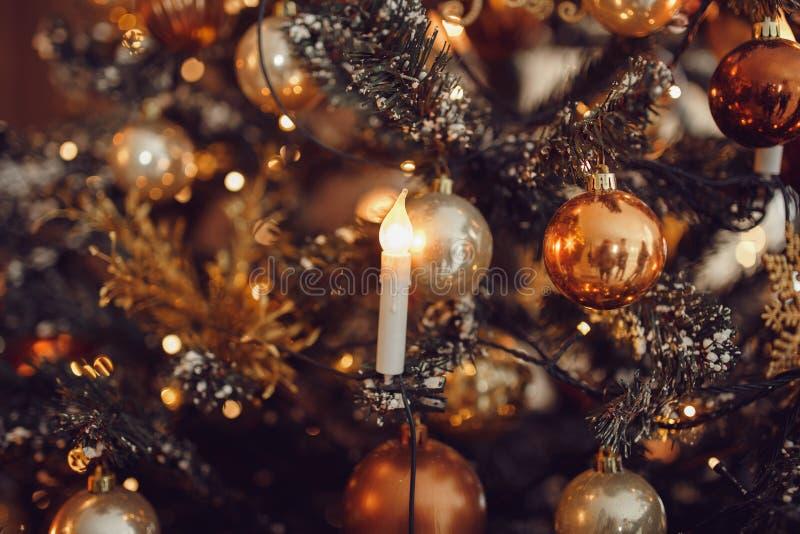 Natale scuro fondo, albero di Natale della palla del nuovo anno del primo piano immagine stock libera da diritti