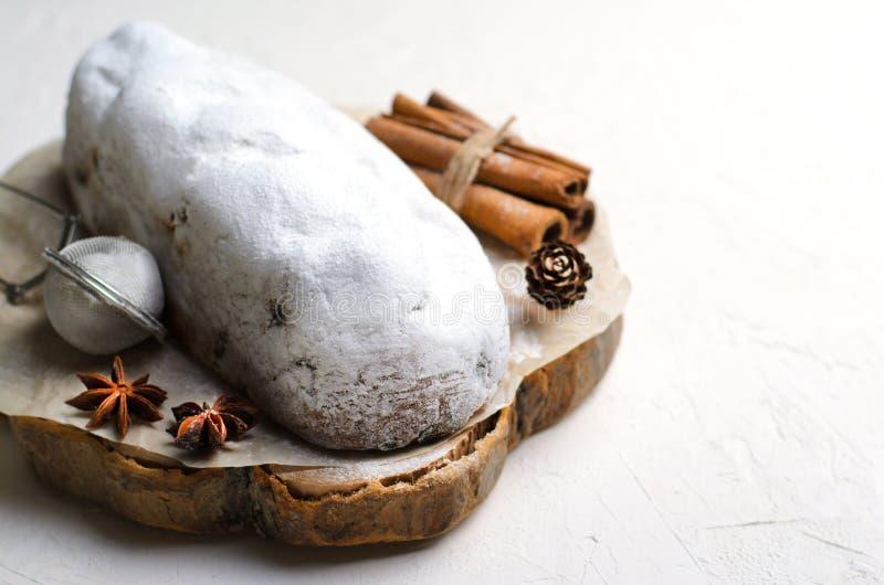 Natale Stollen, dolce tradizionale della pagnotta della frutta, dessert festivo per le vacanze invernali fotografia stock
