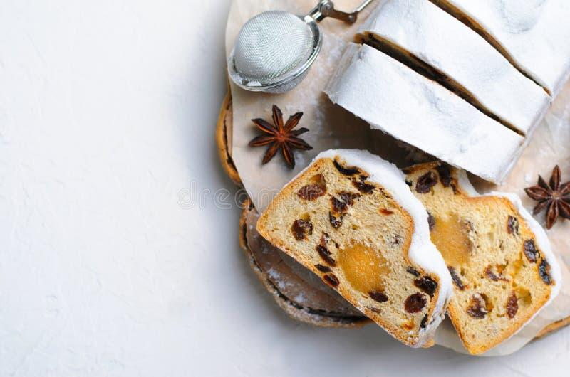 Natale Stollen, dolce tradizionale della pagnotta della frutta, dessert festivo per le vacanze invernali immagini stock