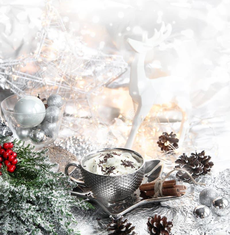 Natale, tazza d'argento di natale di panna montata sul piatto brillante, renna bianca, cenere di montagna rossa, sorba e fondo me fotografia stock libera da diritti