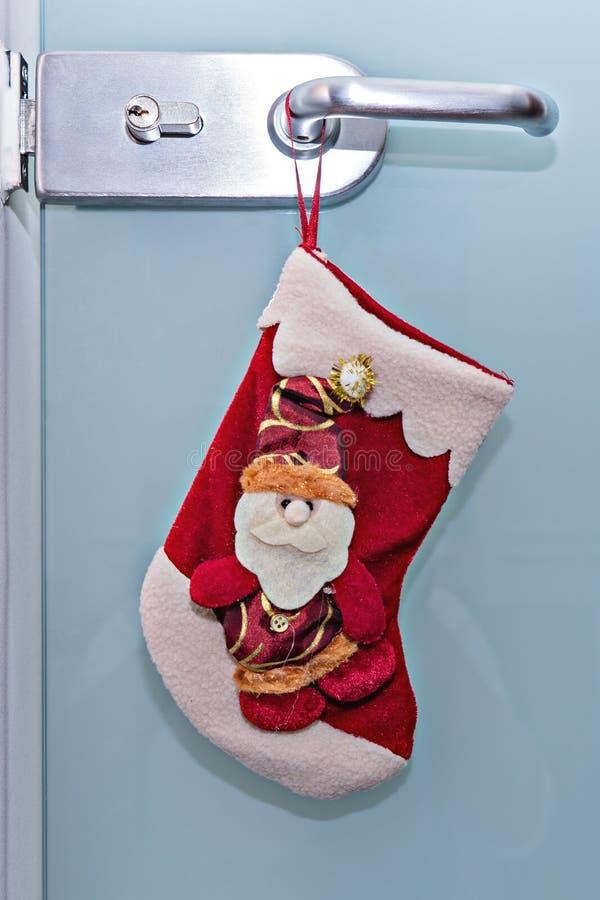 Natale tradizionale che immagazzina attaccatura sulla maniglia di porta immagine stock
