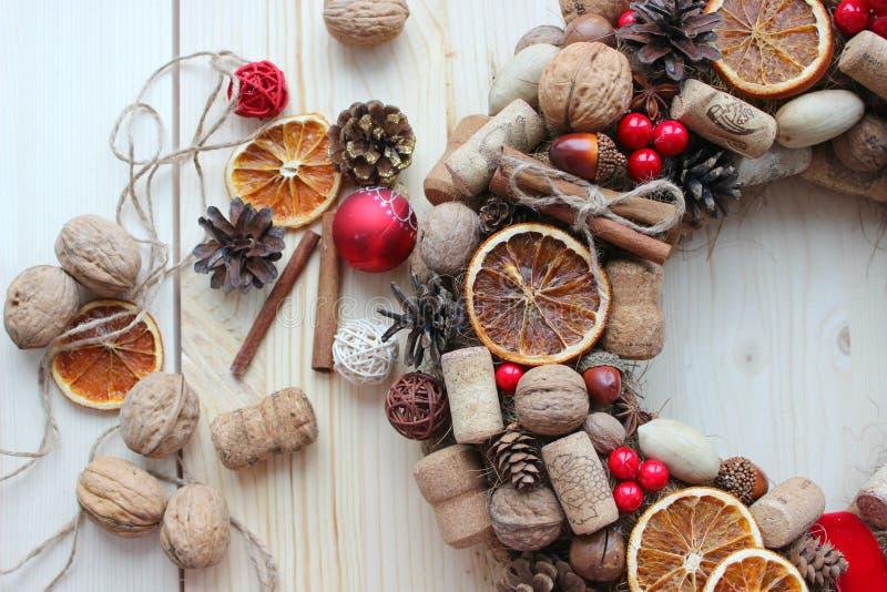 Natale in uno stile rustico Decorazione fatta a mano Il Natale si avvolge sui precedenti dei bordi anziani Umore festivo fotografia stock