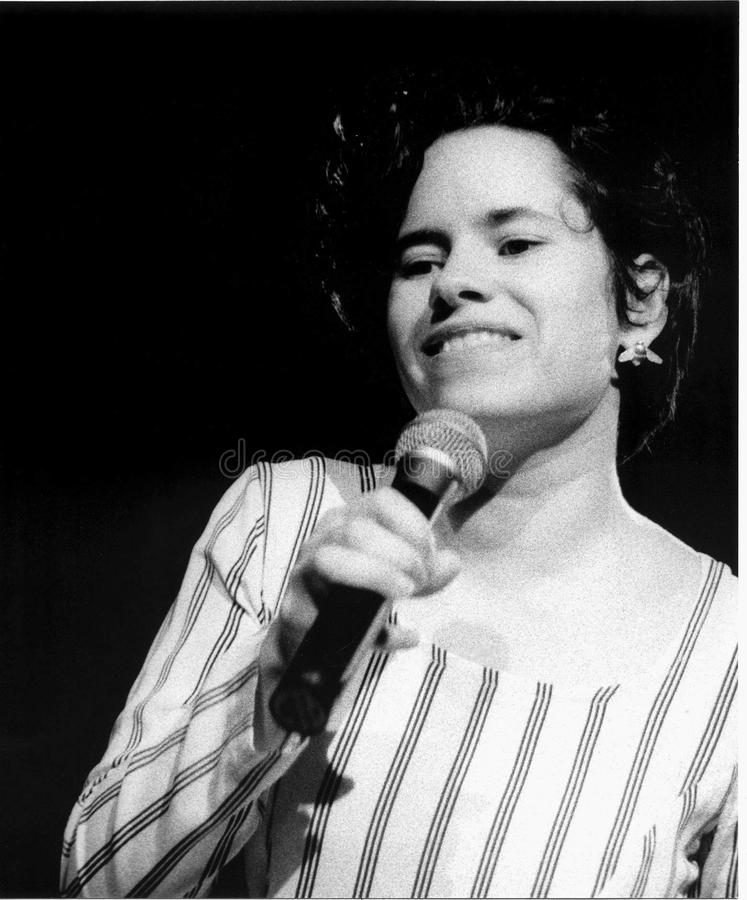Natalie Merchant de 10.000 maniacos se realiza en el gran bosque que realiza a Art Center en 1994 por Eric L Johnson Photography imagenes de archivo