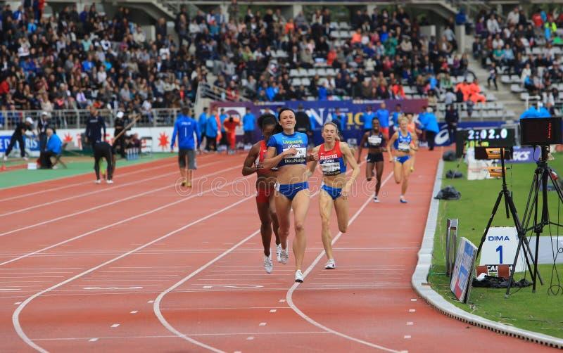 Nataliia Lupu från den Ukraina segern 800 meter springer royaltyfria foton