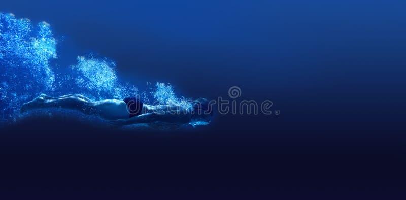 Natation d'homme dans l'eau bleue image stock