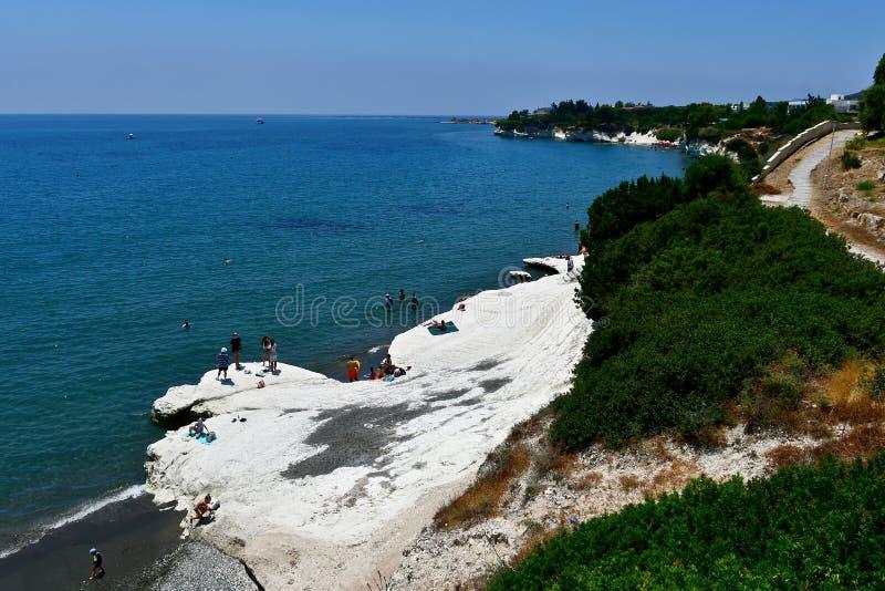Natation dans les eaux en cristal de la plage de Governos en Chypre photo stock