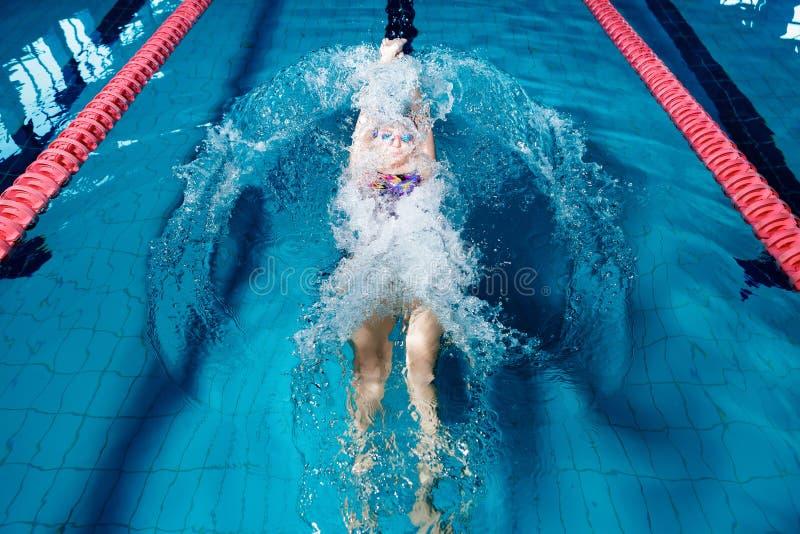 Natation de femme avec le chapeau de natation dans la piscine photos libres de droits