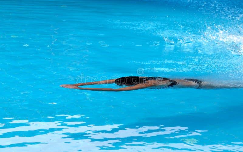 Natation de femme dans la piscine de bain d'air ouvert image stock