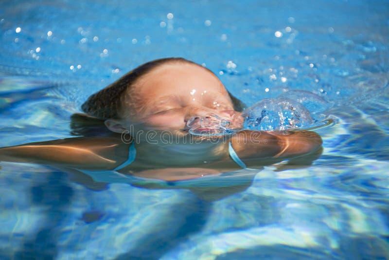 Natation de fille dans la piscine photo libre de droits