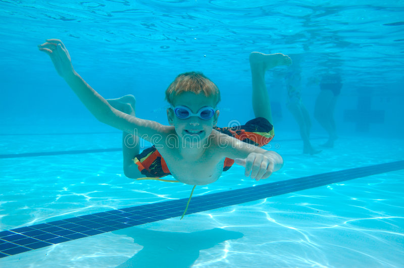 Natation de garçon sous-marine photos libres de droits