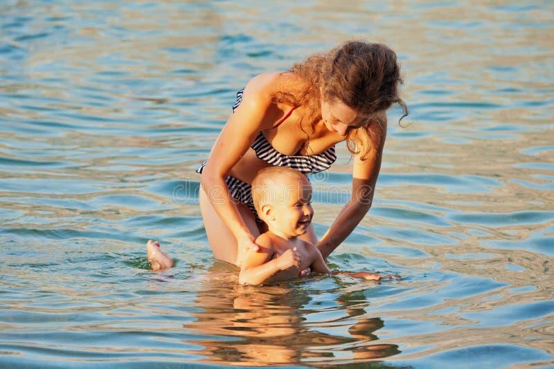 Natation de mère et de fils en mer photographie stock libre de droits