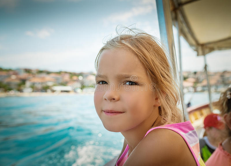 Natation de petite fille sur un yacht image libre de droits