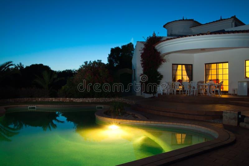 natation de regroupement de nuit photo stock