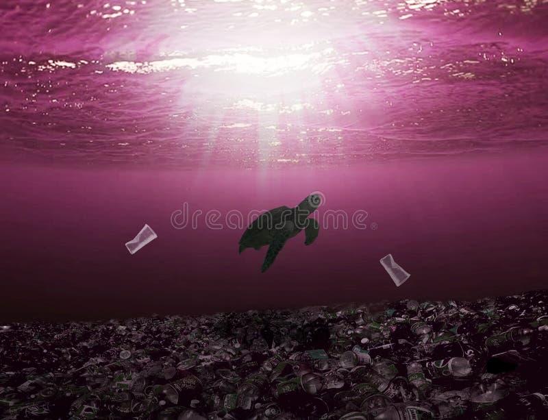 Natation de tortue de mer dans l'océan avec des déchets tout autour photographie stock libre de droits