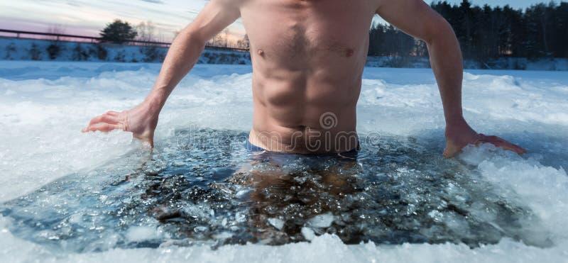 Natation de trou de glace images stock