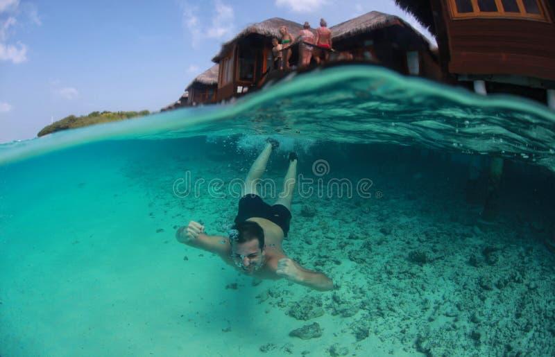 Natation de type dans les océans mer, Maldives images libres de droits