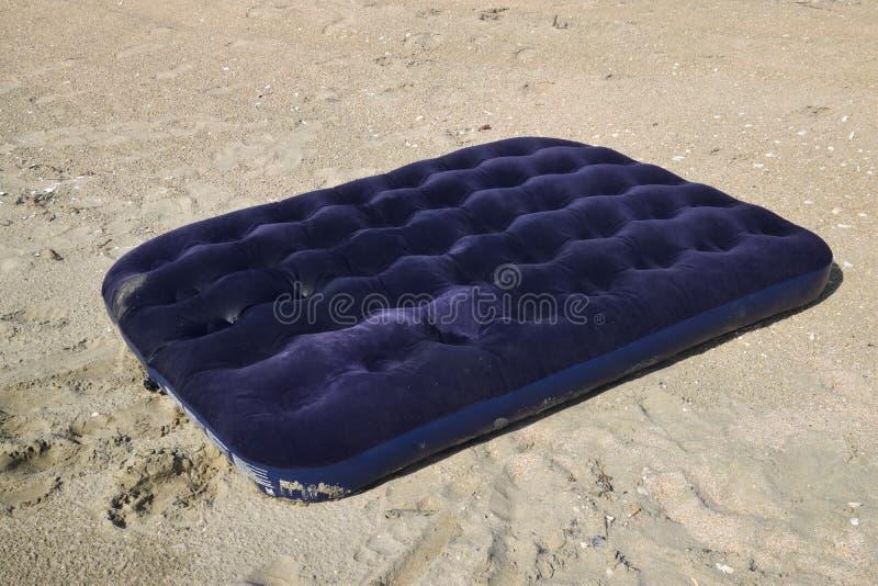 Natation gonflable bleue de matelas dans l'étang images stock