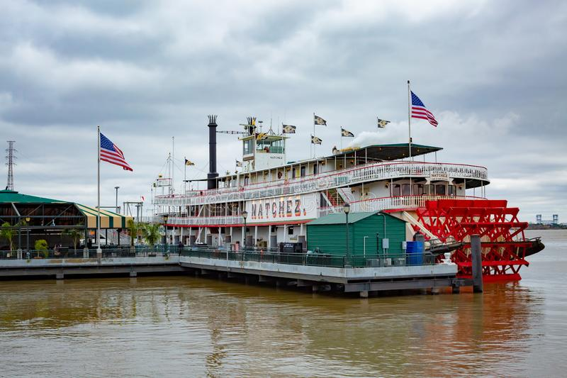 Natchez ångbåt som anslutas i New Orleans arkivbild