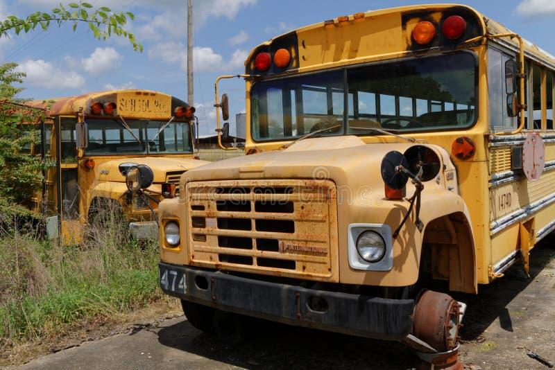 NATCHEZ, ΜΙΣΙΣΙΠΗΣ, στις 7 Μαΐου 2015: Νεκροταφείο σχολικών λεωφορείων σχολείο στοκ εικόνες