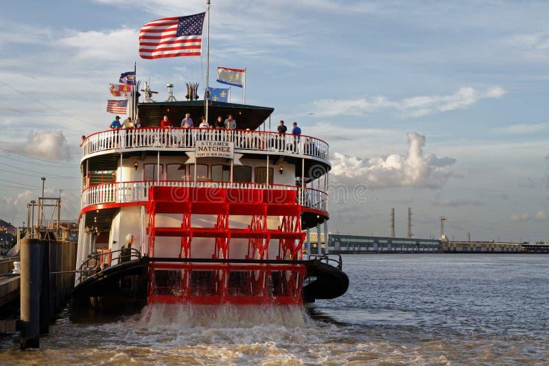 Natchez-Dampfschiff verlässt den Hafen stockbilder