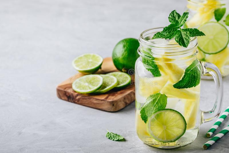 Natchnąca detox woda z ananasem, wapnem i mennicą, Lód - zimny lato koktajl, lemoniada lub zdjęcie stock